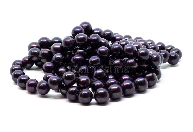 Naturalni cultered czerni perły koraliki zawiązują na białym tle fotografia royalty free
