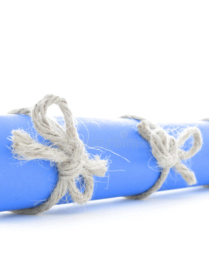 Naturalni handmade arkana łęki wiązali na błękitnej wiadomości ślimacznicie odizolowywającej zdjęcie stock