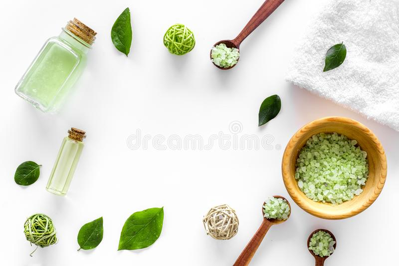 Naturalni kosmetyki z herbacianymi oliwnymi liśćmi i olejem dla domowej roboty zdroju bielu stołu tła odgórnego widoku egzaminu p zdjęcie royalty free