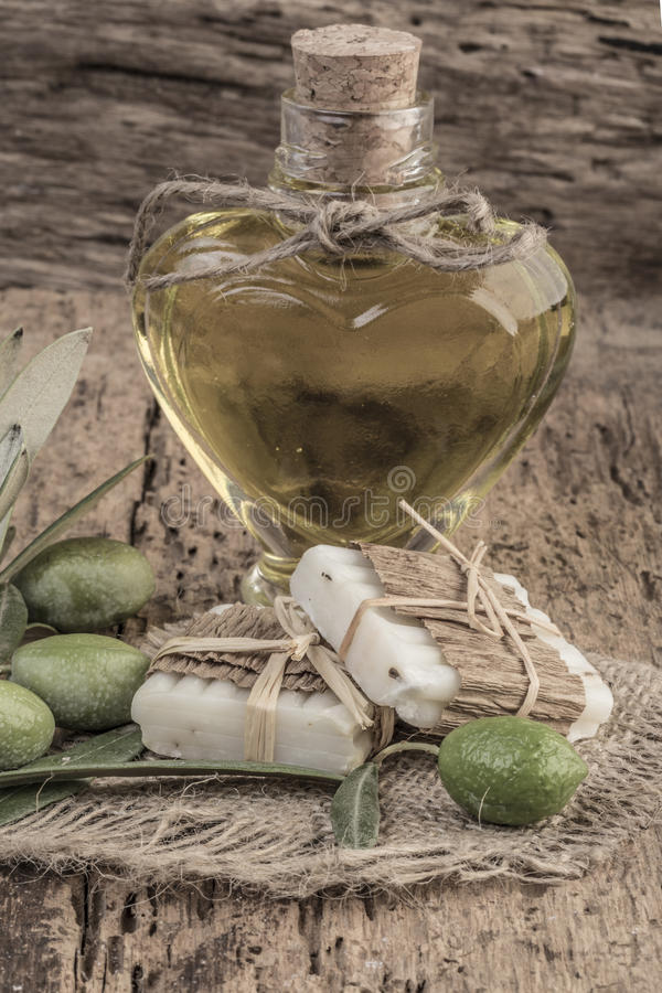 Naturalni mydło bary i oliwa z oliwek butelka na drewnianym stole zdjęcia royalty free