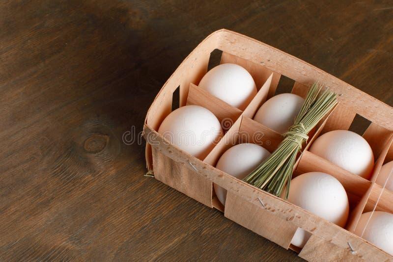 Naturalni organicznie kurczaków jajka w pomarańczowym kartonowym pakunku odizolowywają obrazy stock