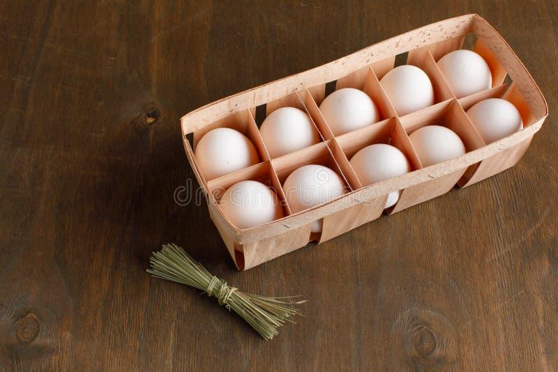Naturalni organicznie kurczaków jajka w pomarańczowym kartonowym pakunku odizolowywają zdjęcia royalty free
