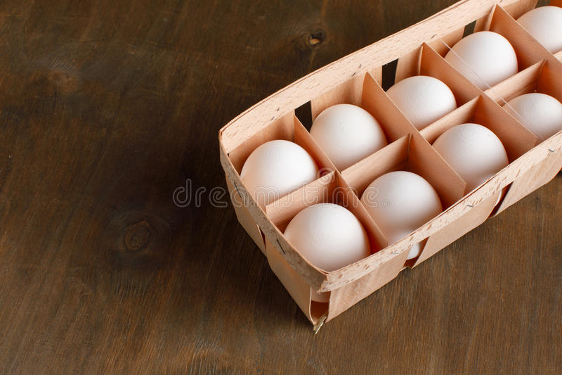 Naturalni organicznie kurczaków jajka w pomarańczowym kartonowym pakunku odizolowywają zdjęcie stock