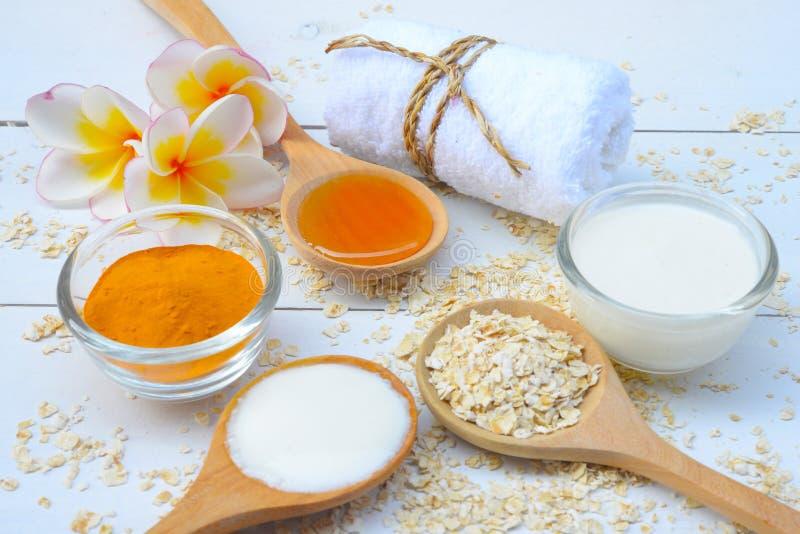 Naturalni składniki dla Domowej roboty ciało twarzy Szorują owsa jogurt i miód tła piękna błękitny pojęcia zbiornika kosmetyczny  zdjęcie royalty free