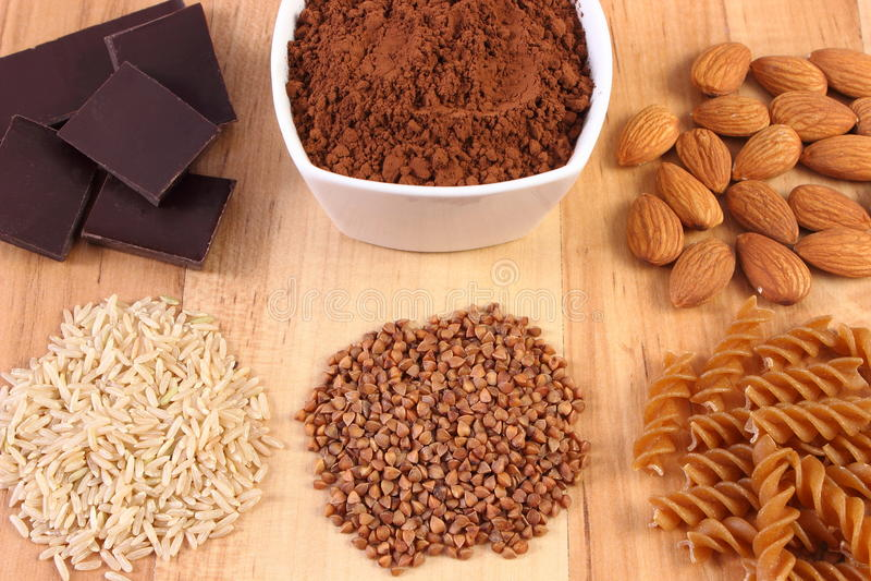Naturalni składniki i produkty zawiera magnez i żywienioniowego włókno, zdrowy odżywianie fotografia stock