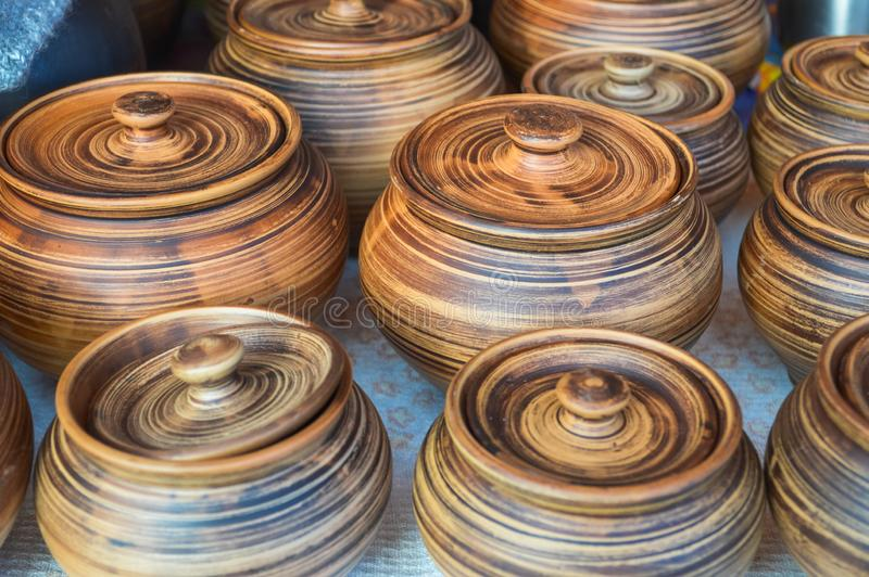 Naturalni tradycyjni gliniani ceramiczni piękni starzy kuchenni urządzenia, naczynia, dzbanki, wazy, garnki, kubki verdure pozysk obrazy stock