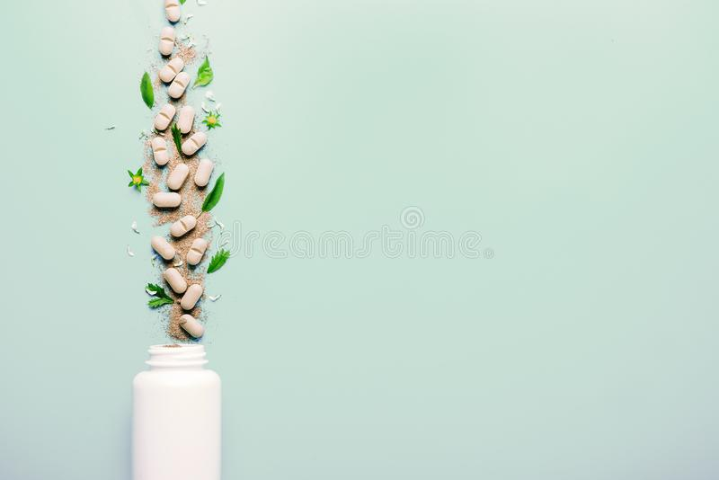 Naturalni ziołowi additives od ziele, nalewających od białego słoju zdrowy pojęcia łasowanie detoxification zdjęcie royalty free