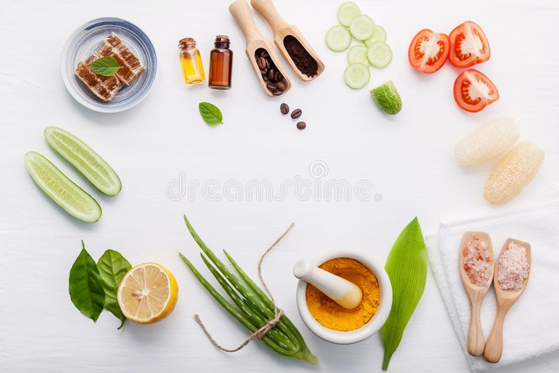 Naturalni ziołowi skóry opieki produkty Odgórnego widoku składniki ogórkowi obrazy stock