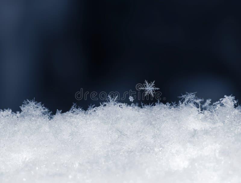 Naturalny śnieg z płatek śniegu na błękitnym tle zdjęcia stock