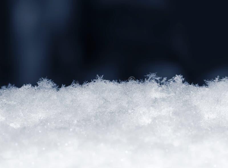 Naturalny śnieg z udziałami płatek śniegu na błękitnym tle zdjęcia stock