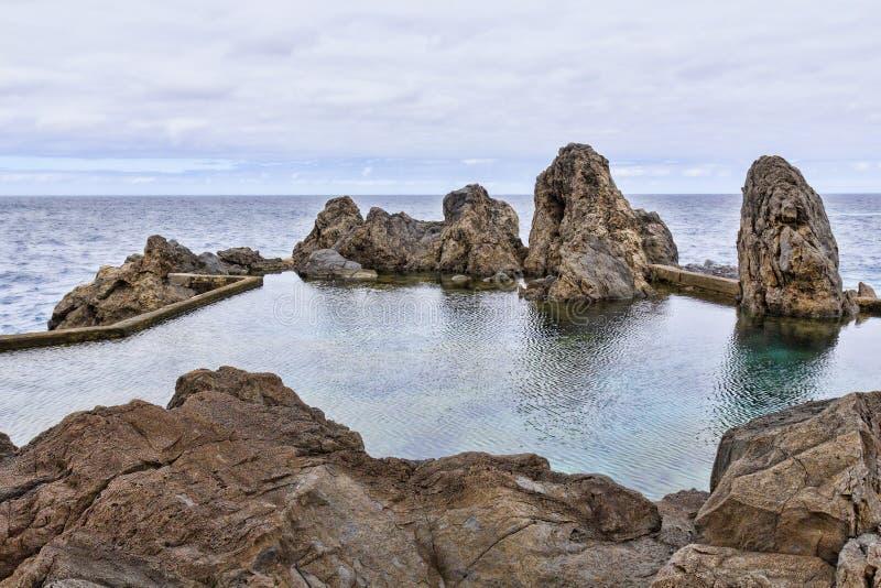 Naturalny basen lawowy i morze w Porto Moniz na Maderze zdjęcie royalty free