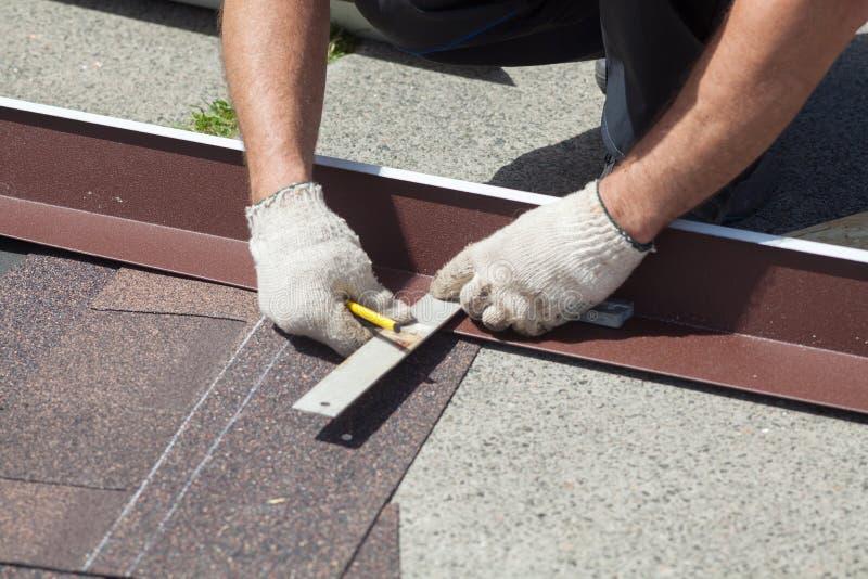 Naturalny dachowej płytki instaalation Dacharza budowniczego pracownik zaznacza odległość między szwami obraz royalty free