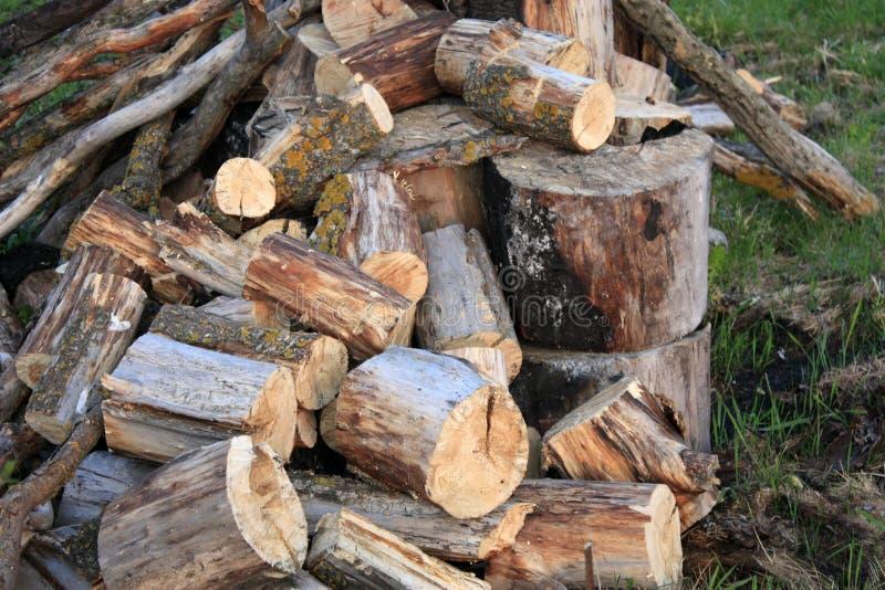Naturalny drewniany tło - zbliżenie siekająca łupka ?upka broguj?ca i przygotowywaj?ca dla zimy Stos łupka drogą zdjęcie stock