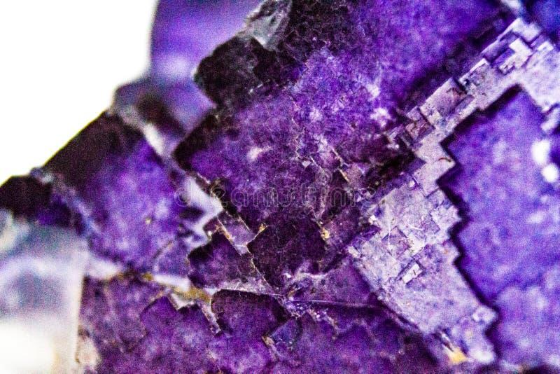 Naturalny faseta fluorytu kamień makro- na białym tle zdjęcia royalty free