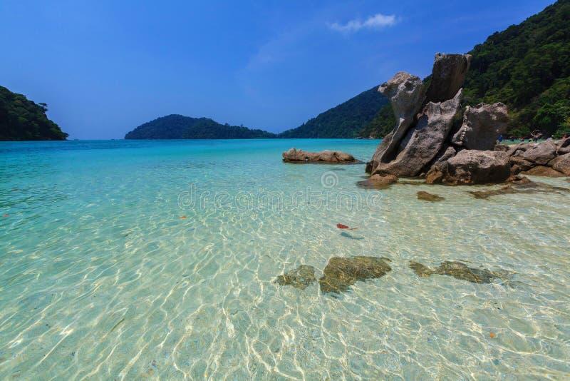 Naturalny kamienia łuk z piękną plażą przy Kho Surin fotografia royalty free
