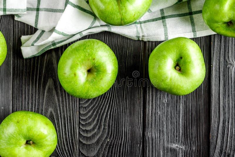 Naturalny karmowy projekt z zielonego jabłka biurka ciemnego tła odgórnym widokiem zdjęcie stock