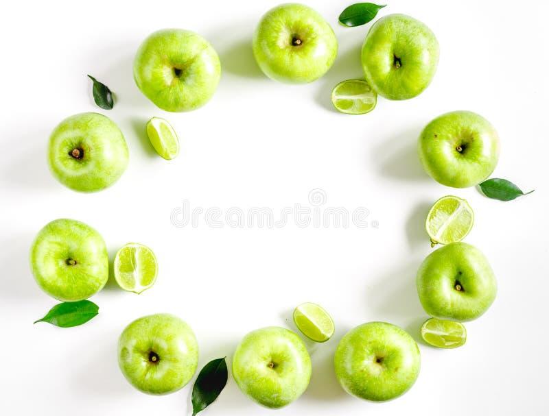 Naturalny karmowy projekt z zielonym jabłek i liści biurka tła odgórnego widoku białym egzaminem próbnym up obraz royalty free