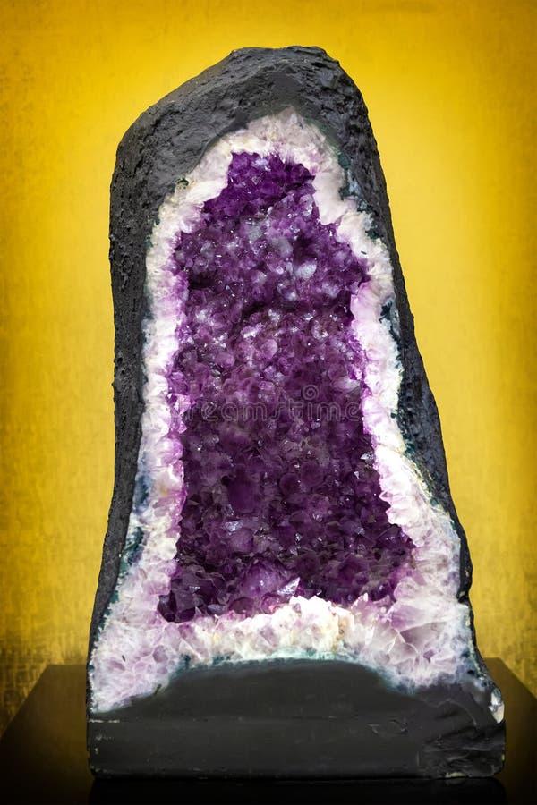 Naturalny klejnot ametystyczny, fioletowe kryształy ametystyczne zdjęcie stock