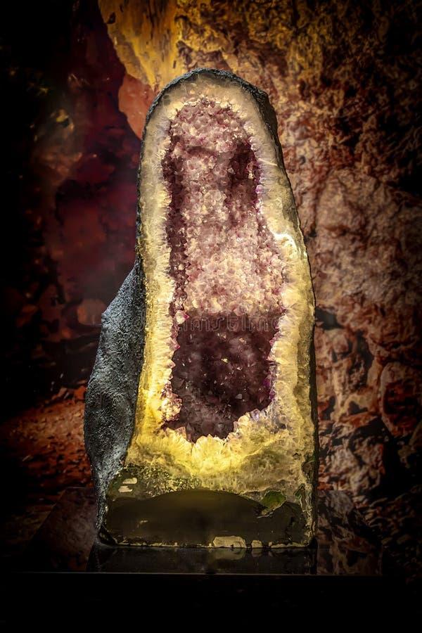 Naturalny klejnot ametystyczny, fioletowe kryształy ametystyczne wewnątrz geody zdjęcie royalty free