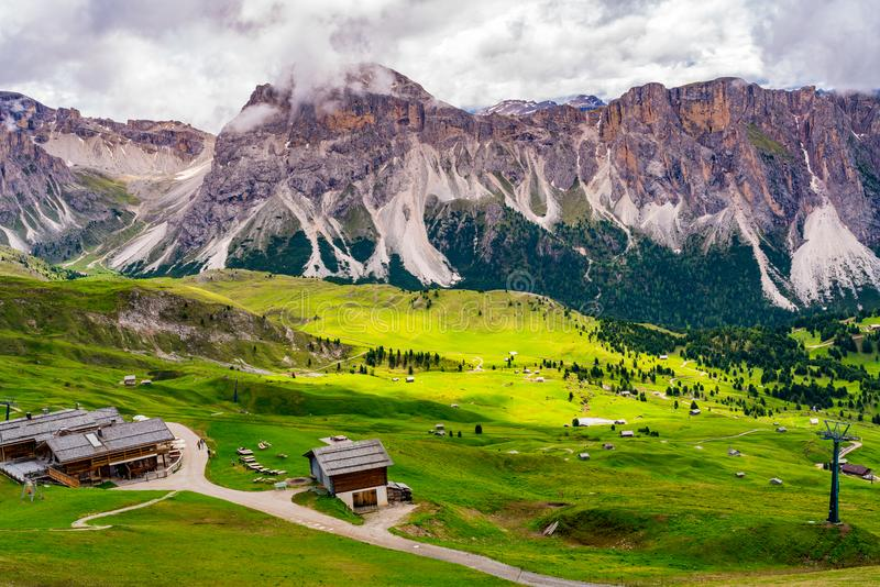 Naturalny krajobraz dolomity i mała wioska fotografia royalty free