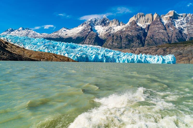 Naturalny krajobraz przy lodowem Popielatym z śnieżną rockową górą, jeziora pluśnięciem za statkiem, Popielatym i wodnym fotografia royalty free