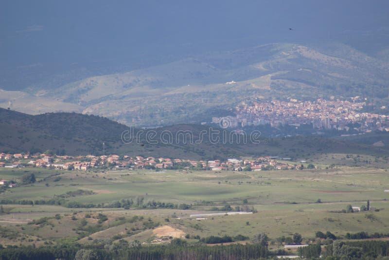 Naturalny krajobrazowy zjawisko fotografujący Belasitsa w kierunku Pirin góry i miasteczka Petrich może być widzii obraz royalty free