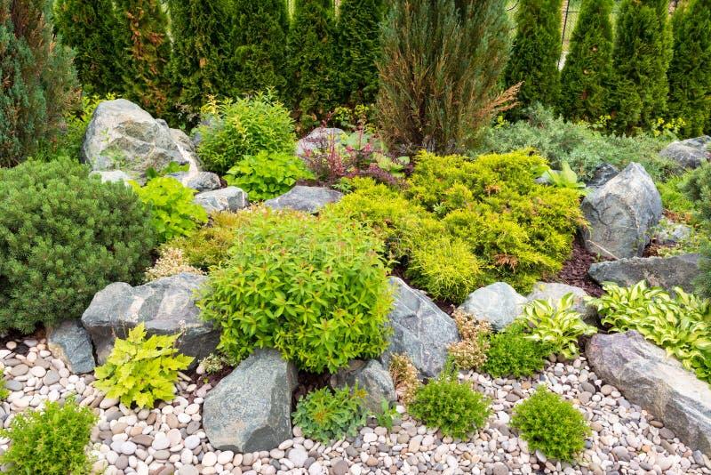 Naturalny kształtować teren w domu ogródzie zdjęcie royalty free