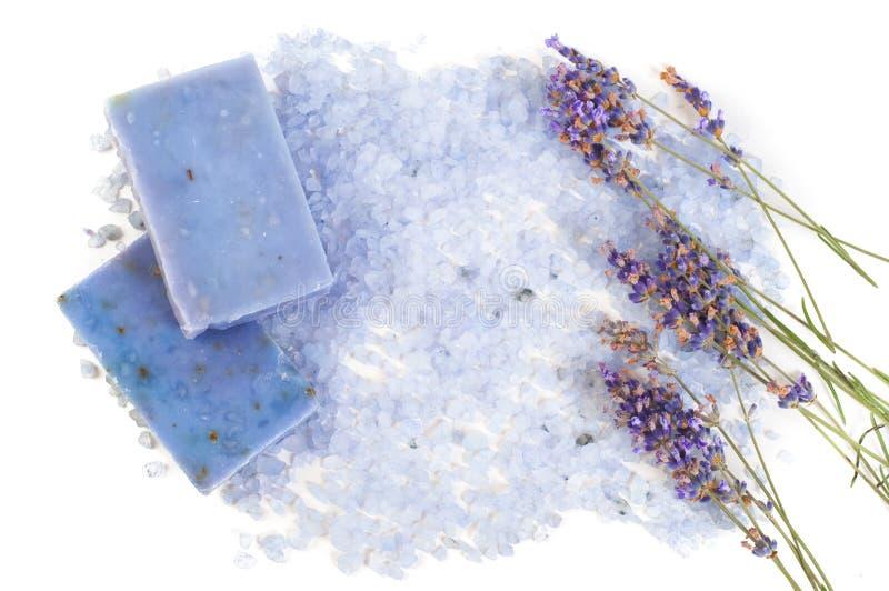 Naturalny mydło, lawenda, sól na drewnianej desce, higien rzeczy dla skąpania i zdrój, zdjęcia royalty free