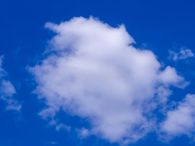 Naturalny niebieskie niebo z obłocznym zbliżeniem zdjęcia royalty free