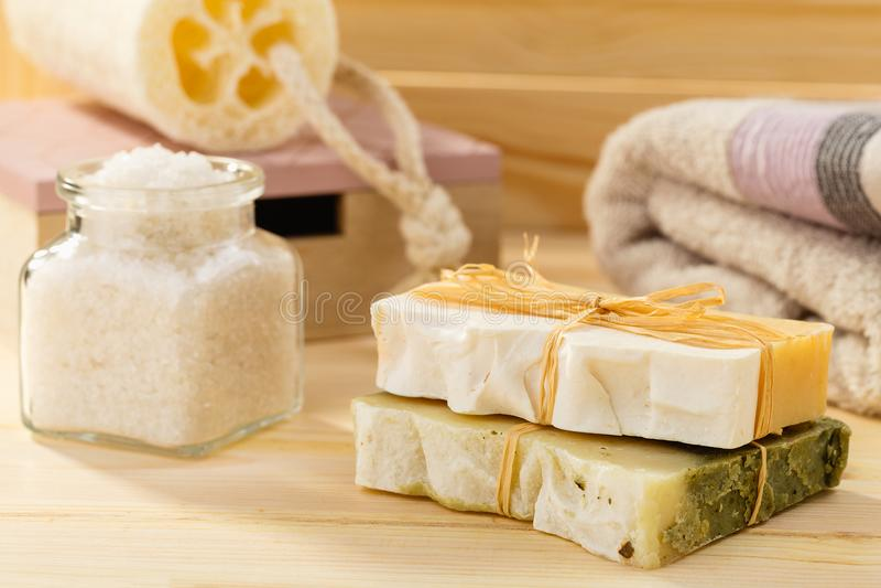 Naturalny organicznie mydło z toiletries w łazience na drewnianym backg zdjęcia royalty free