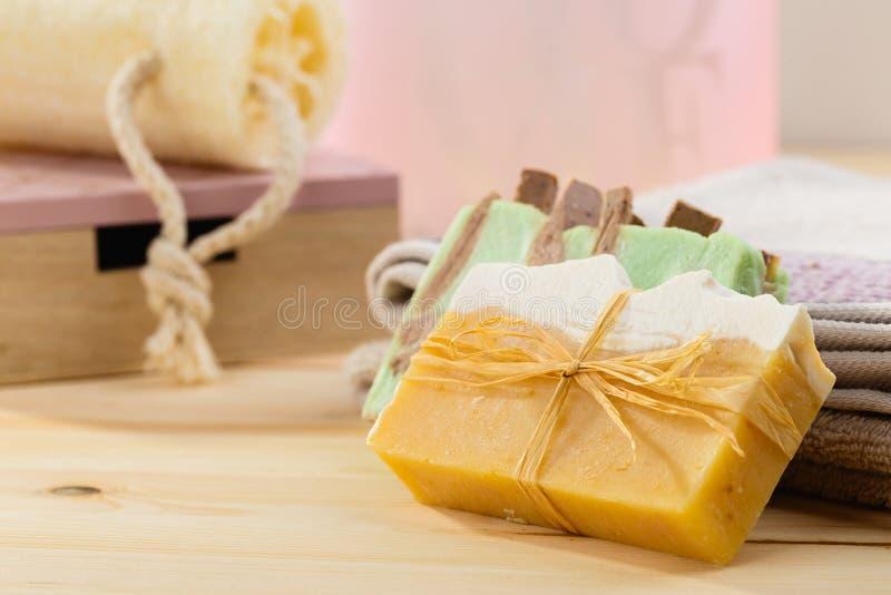 Naturalny organicznie mydło z toiletries w łazience na drewnianym backg zdjęcia stock