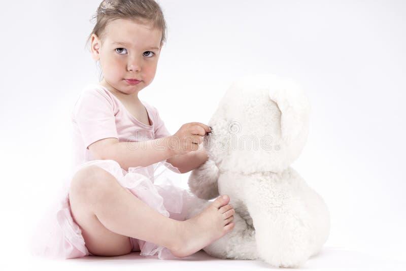 Naturalny portret Śliczny Blond Kaukaski dziecko Z Pozytywnym wyrazem twarzy zdjęcia stock