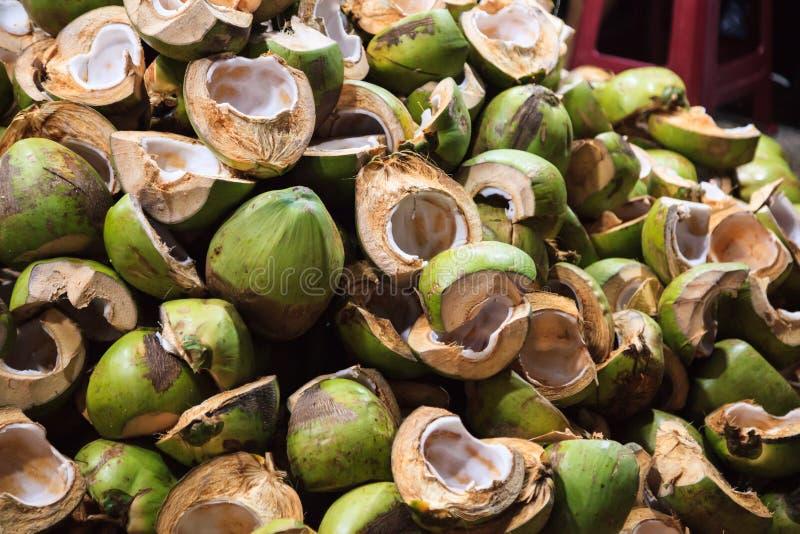 Naturalny rolniczy odpady, siekać kokosowe owoc, skorupy i plewy przed piekarnia sklepem w jedzenie rynku, opóźniamy Odżywianie,  obrazy stock