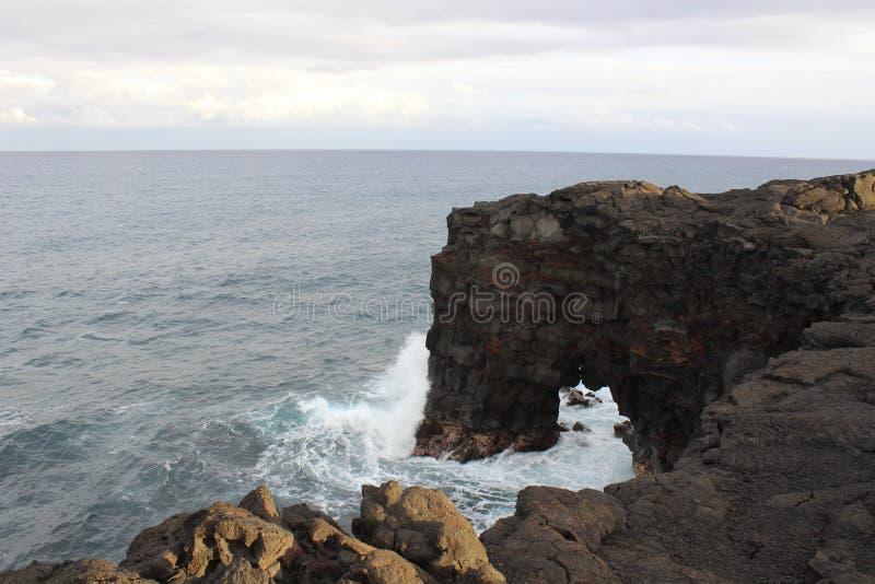 Naturalny skała łuk na Hawajskim wybrzeżu obraz royalty free