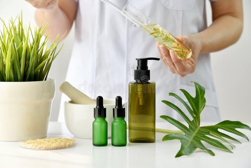 Naturalny skincare kosmetyków badanie i rozwój pojęcie, lekarka formułuje nowych piękno produkty od organicznie naturalnych rośli zdjęcie royalty free