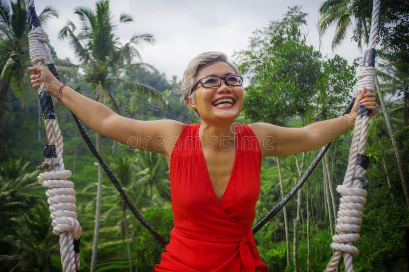 Naturalny styl życia portret atrakcyjny szczęśliwy w średnim wieku 40s - 50s Azjatycka kobieta z popielatym włosy i elegancka cze obrazy stock