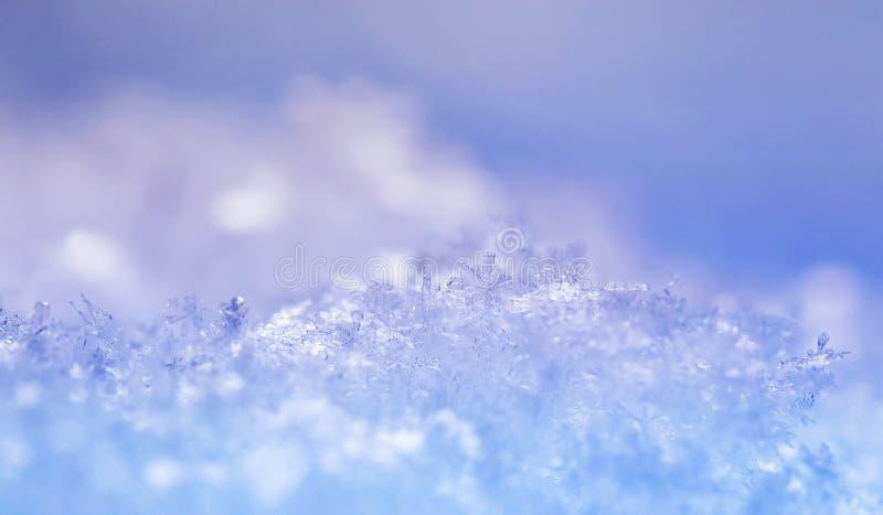 Naturalny wiele kryształy płatek śniegu różnorodni kształty i tekstura shimmer na słońcu na jasnym zima dniu przeciw niebieskiemu zdjęcie stock