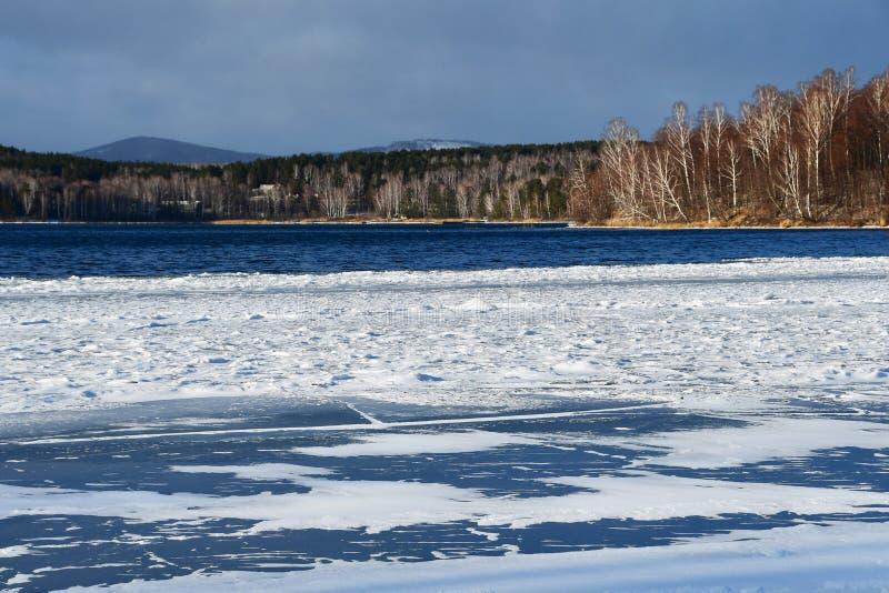 Naturalny zabytek - jeziorny Uvildy w Listopadzie w chmurnej pogodzie, Chelyabinsk region Rosja fotografia stock