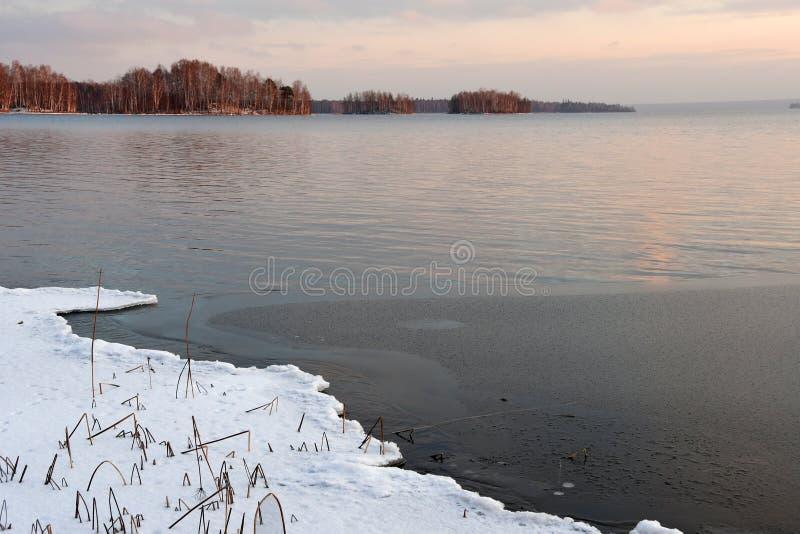 Naturalny zabytek - jeziorny Uvildy w opóźnionej jesieni przy zmierzchem Chelyabinsk region Rosja obraz royalty free