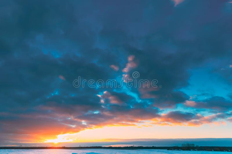 Naturalny zmierzchu wschód słońca Nad polem Lub łąką Słońca światło słoneczne W Kolorowym niebie Nad zimy Śnieżną ziemią krajobra fotografia stock