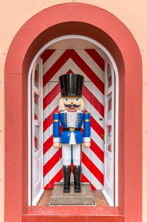 Naturalnych rozmiarów tradycyjny dziadek do orzechów w drzwiowej ramie obrazy royalty free