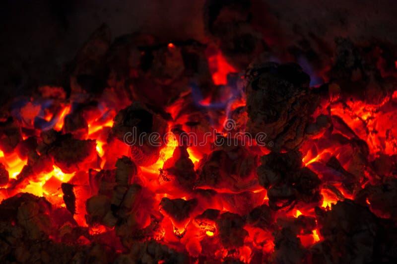 Naturbrandflammor på svart bakgrund Textur för flamma för brand för brandbränningvedträ brinnande i spiskolet fotografering för bildbyråer