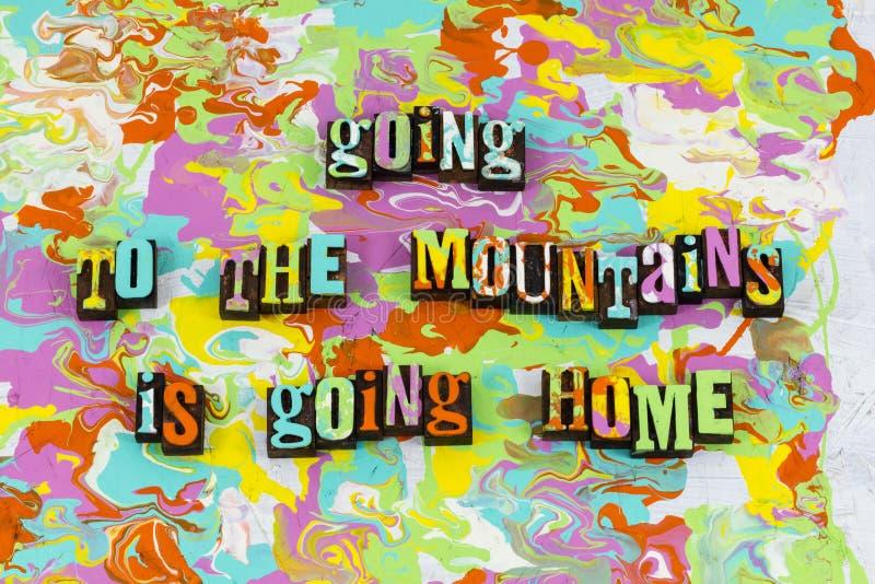 Nature à la maison rentrante de montagnes apprécier photo libre de droits