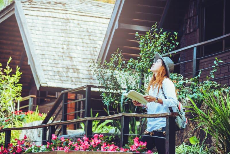 Nature asiatique de voyage de femme Le voyage d?tendent Livre de lecture debout le balcon de la maison photographie stock