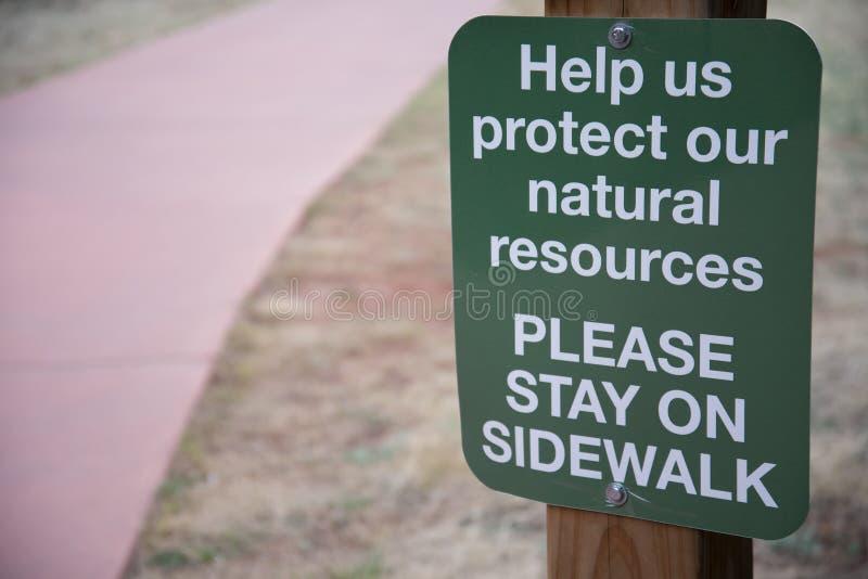Nature augmentant le signe de marche de traînée de rester sur la traînée images libres de droits