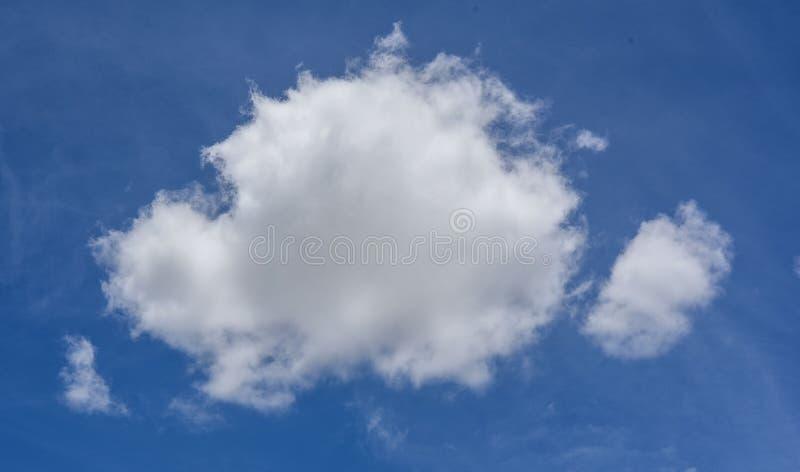 Nature de ciel bleu avec le clound à l'arrière-plan de jour photographie stock libre de droits