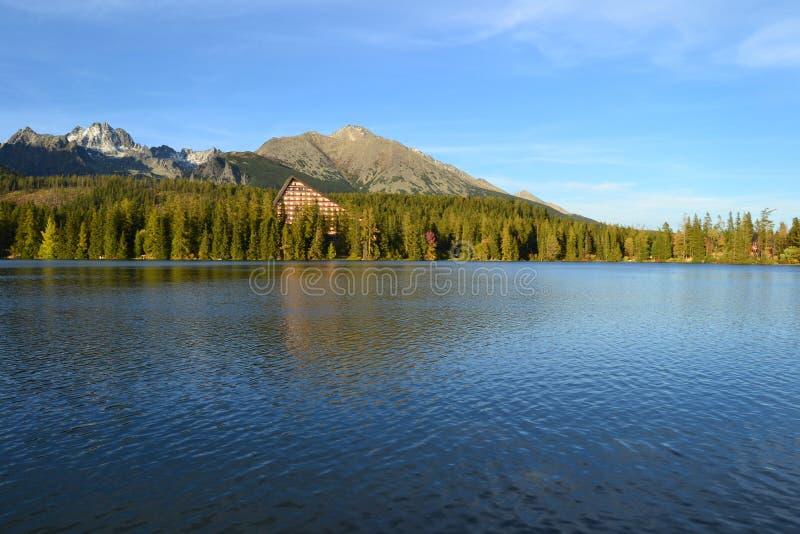Nature de cottage de montagne de lac images stock