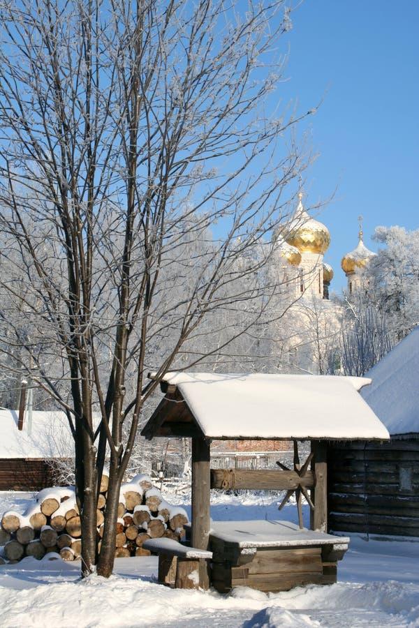 Nature de l'hiver. Vieux puits en bois photos stock