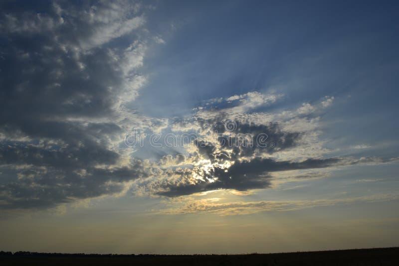 Nature, nuages, ciel, coucher du soleil, rayons du soleil photographie stock