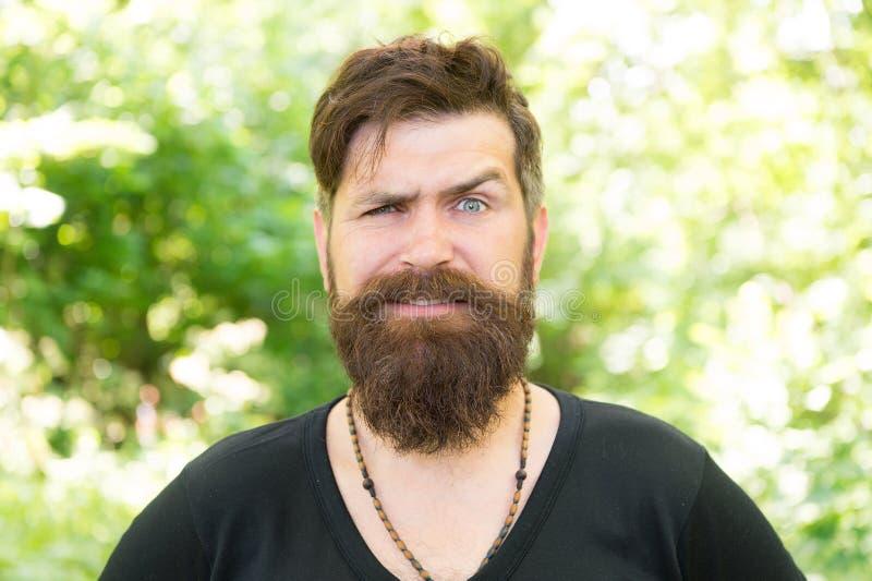 Nature sauvage Fond lumineux de feuillage de hippie barbu d'homme Le type détendent chez l'homme bel de forêt d'été avec la barbe images stock